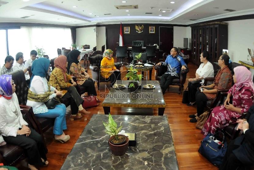 Ketua MPR, Zulkifli Hasan menerima kunjungan dari Kaukus Perempuan Politik Indonesia di ruang pimpinan MPR Kompleks Parlemen Senayan) Jakarta, Selasa (21/4).  (Republika/Agung Supriyanto)