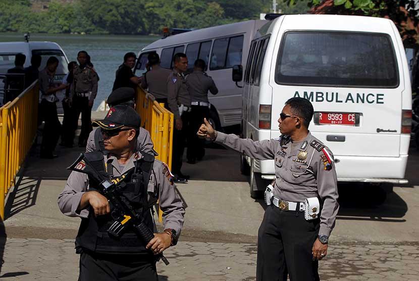 Sebuah kendaraan ambulan yang akan membawa jenazah terpidana mati, tiba di dermaga Wijayapura, Cilacap, Selasa (28/4) untuk menyeberang ke pulau Nusakambangan. (Reuters/Beawiharta)