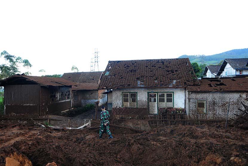 Sejumlah rumah tertutup lumpur akibat ledakan pipa di Kampung Cibitung, Desa Margamukti, Pangalengan, Kabupaten Bandung, Rabu (6/5).   (foto : Septianjar Muharam)