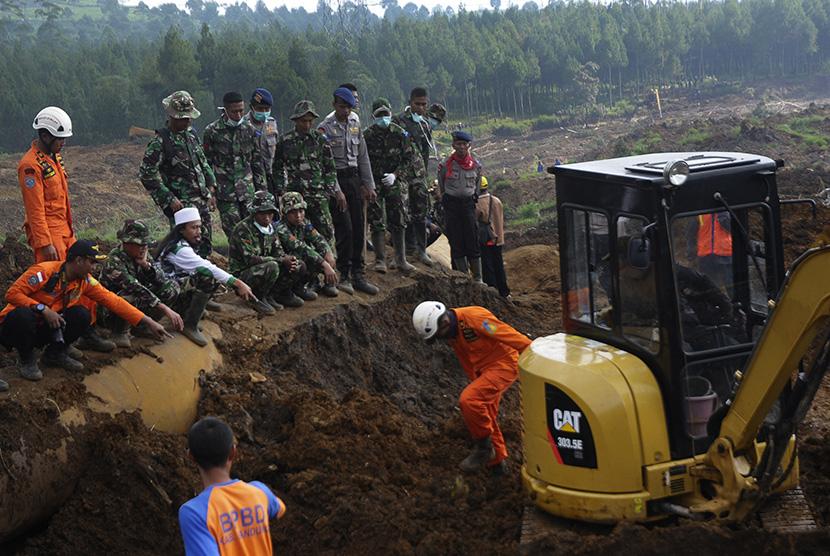 Tim gabungan basarnas melakukan pencarian korban material longsor di Kampung Cibitung, Desa Margamukti, Pangalengan, Kabupaten Bandung, Jawa Barat, Jumat (8/5).  (Antara/Novrian Arbi)