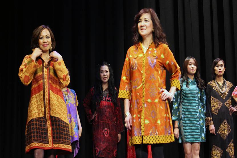 Pagelaran busana yang menampilkan beragam jenis batik khas Indonesia.    (foto : ABC Internasional)