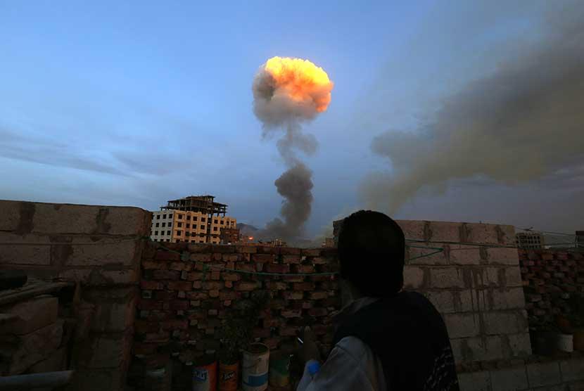 Ledakan dahsyat terjadi di sebuah gudang persenjataan yang dilancarkan pasukan koalisi Arab Saudi di kota Sanaa, Senin (11/5) malam. (EPA/Yahya Arhab)