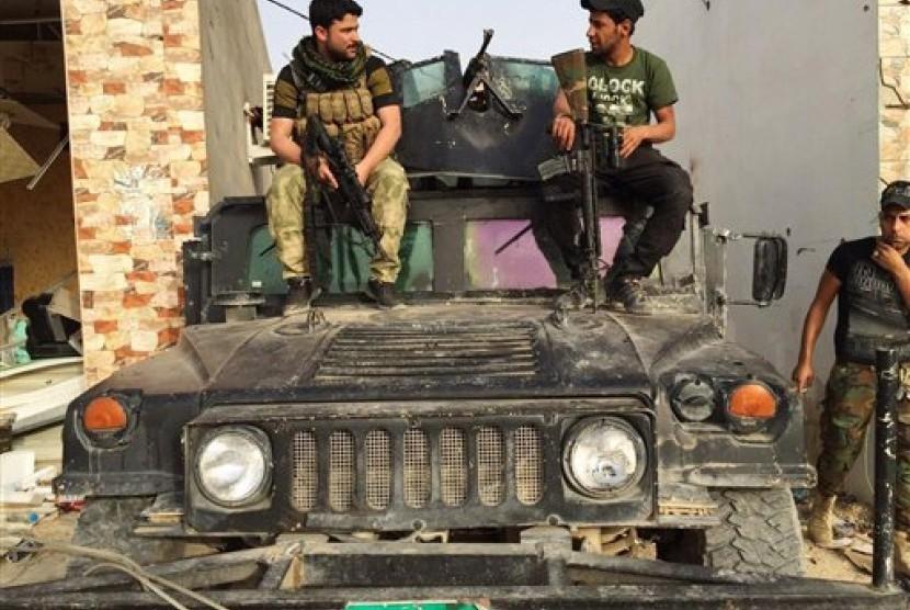 Tentara Irak dan kelompok syiah bersenjata di kota Ramadi, Irak.