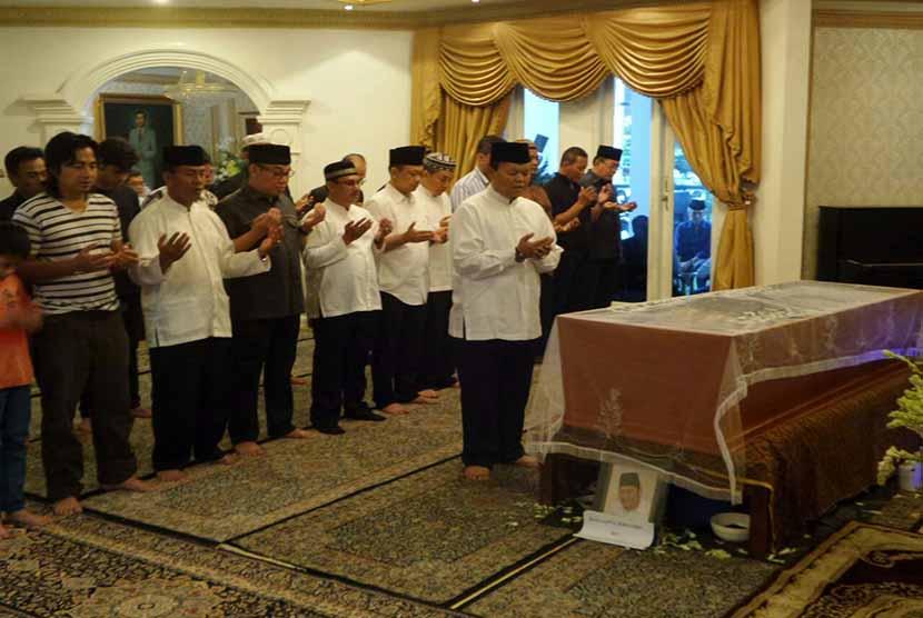 Wakil Ketua MPR RI Hidayat Nur Wahid mengimami salat jenazah putra sulung Oesman Sapta Odang, almarhum Raja Sapta Sermando.  (foto: dok. MPR RI)