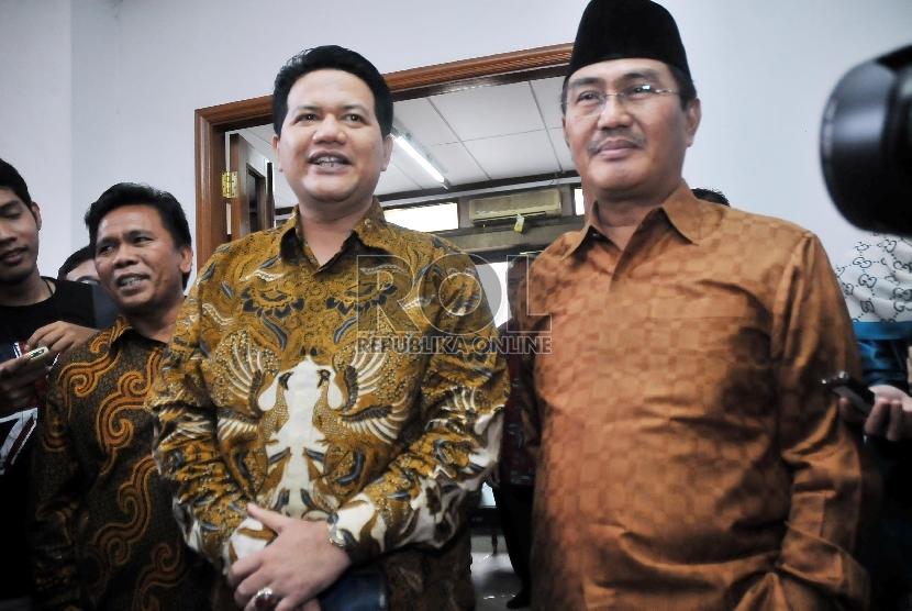 Ketua Dewan Kehormatan Penyelenggaraan Pemilu (DKPP) Jimly Asshiddiqie (kanan) dan Ketua Komisi Pemilihan Umum (KPU) Husni Kamil Malik (kiri)memberikan keterangan pers usai melakukan rapat tertutup di kantor KPU, Jakarta, Jumat (5/6). (Republika/Rakhmawat