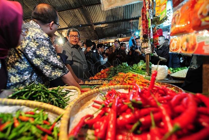 Gubernur Jabar, Ahmad Heryawan saat melakukan sidak ke pasar tradisional Sederhana di Kota Bandung, Jawa Barat, beberapa waktu lalu.  (foto : Septianjar Muharam)