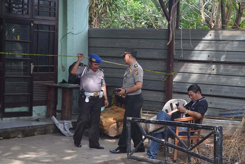 Petugas kepolisian berada di lokasi ditemukannya jenazah Angeline (8) di Jalan Sedap Malam, Kota Denpasar, Bali, Rabu (10/6). (Antara/Fikri Yusuf)