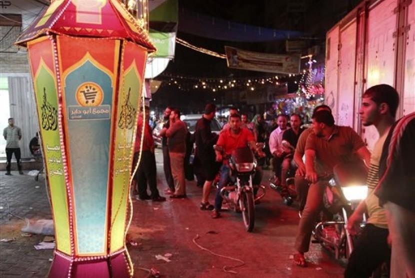 Warga Palestina merayakan datangnya bulan suci Ramadhan di Gaza, Rabu (17/6).  (AP/Adel Hana)