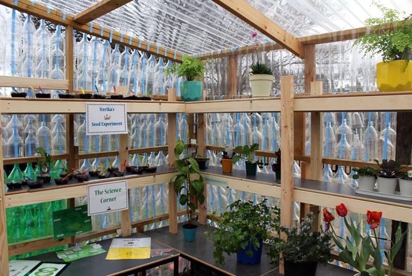 Bagian dalam rumah kaca daur ulang dari botol plastik