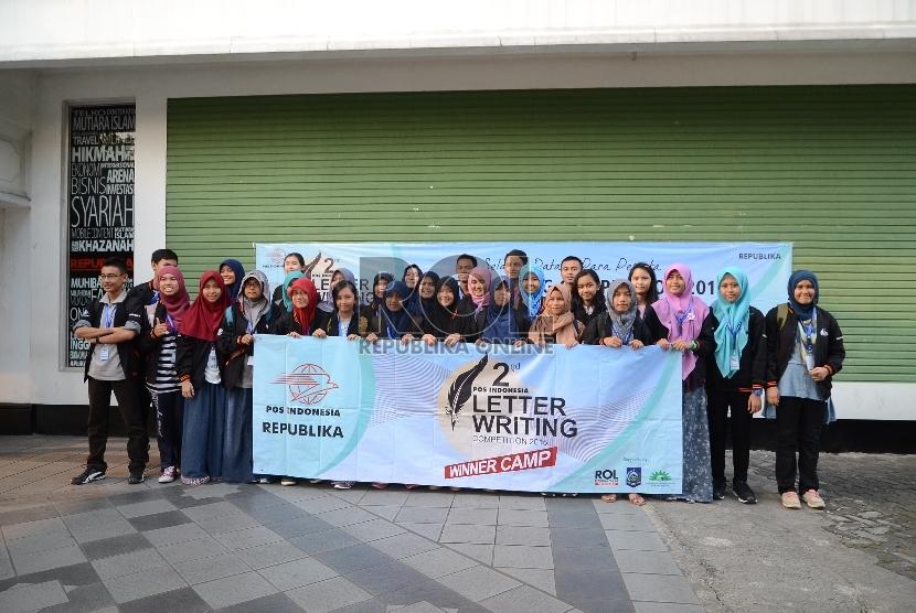 Kunjungan 30 siswa siswi tingkat SMP dan SLA peserta Lomba Letter Writing Competition ke Republika. Jakarta, Kamis (6/8).