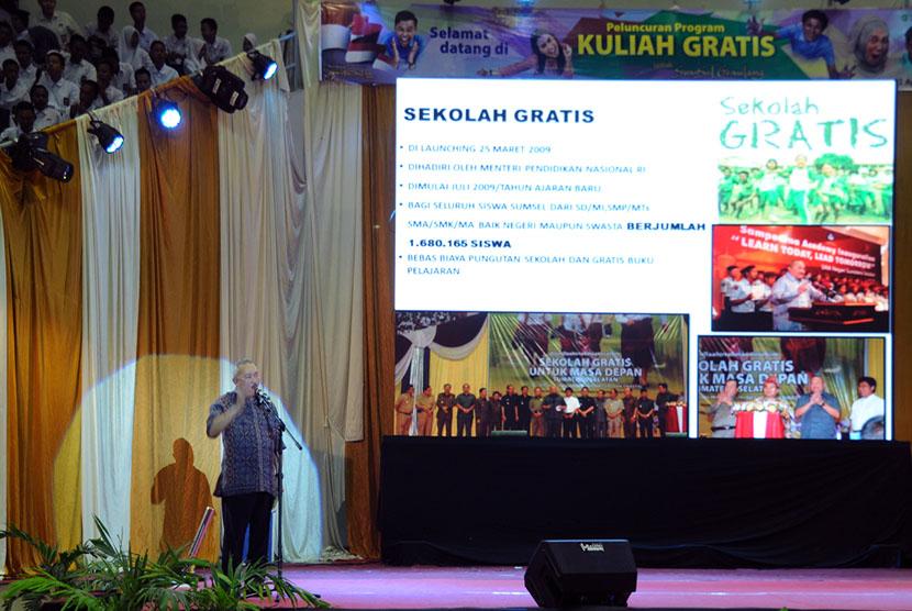 Peluncuran program kuliah gratis oleh Gubernur Sumsel Alex Noerdin di Sumatera Selatan, Sabtu (22/8).   (Republika/Masprill Aries)