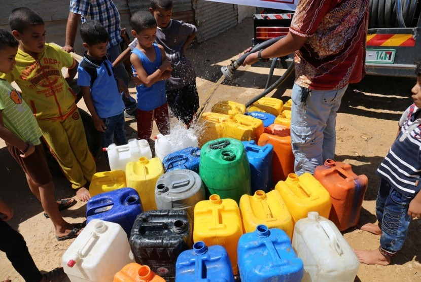 Distribution of clean water for Palestinians as humanitarian aid from Indonesian society.