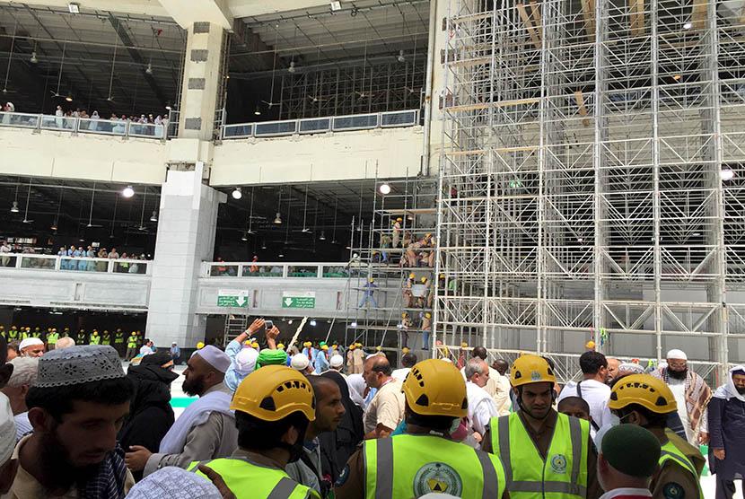 Tim Search and Rescue (SAR) Arab Saudi melakukan evakuasi di lokasi jatuhnya crane di Masjidil Haram, Makkah, Sabtu (12/9).  (Reuters/Mohamed Al Hwaity)