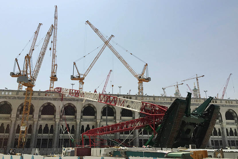 Crane proyek perluasan masjid yang jatuh di Masjidil Haram, Makkah, Sabtu (12/9).   (Reuters/Mohamed Al Hwaity)
