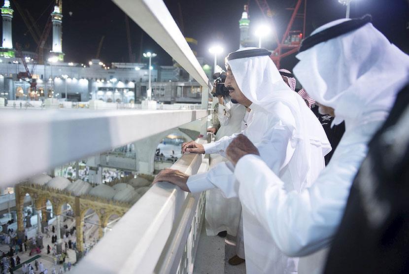 Raja Salman meninjau lokasi jatuhnya crane di Masjidil Haram, Makkah, Sabtu (12/9).   (Reuters/Bandar al-Jaloud/Saudi Royal Court)