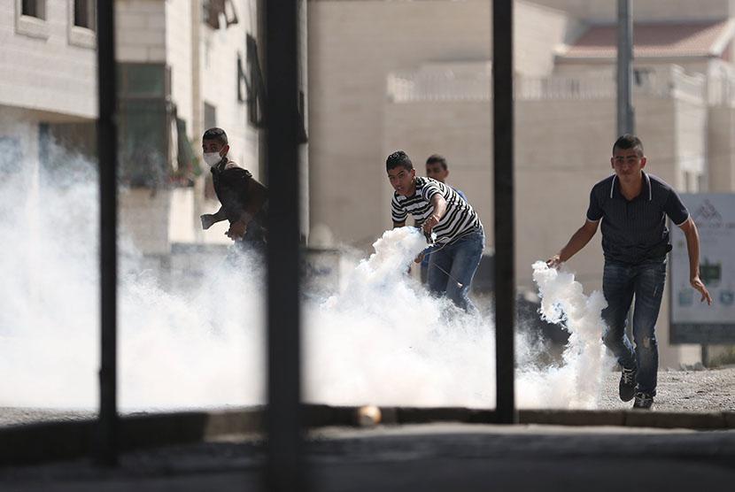 Pemuda Palestina di Tepi Barat, berunjuk rasa memprotes aksi polisi Israel yang menyerang Masjid Al Aqsa.