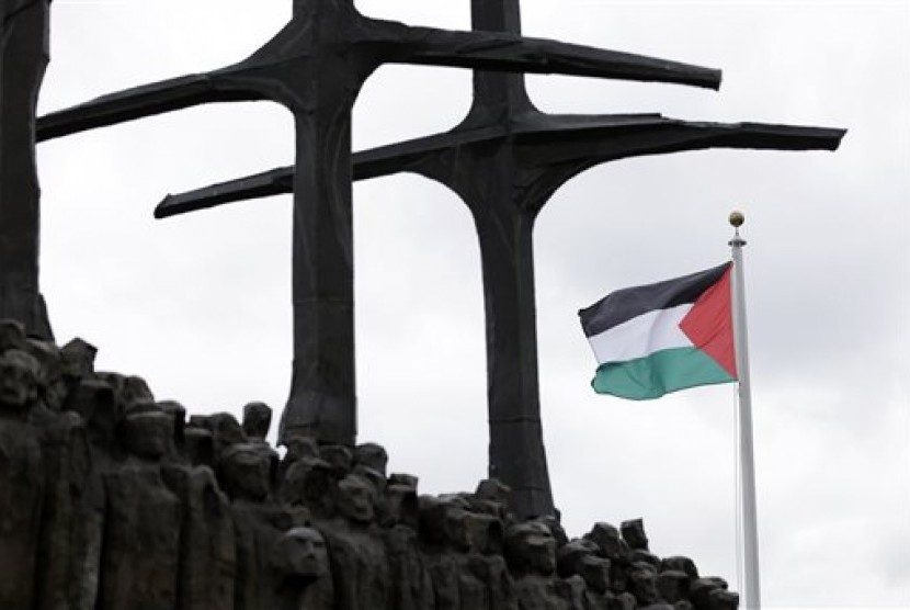 Bendera Palestina berkibar untuk pertama kalinya di Markas PBB, New York, Rabu (30/9).  (AP Photo/Seth Wenig)
