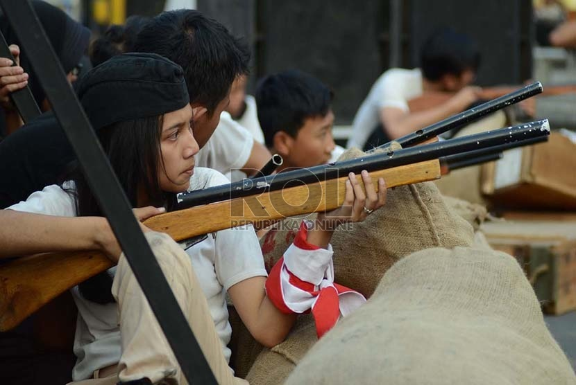 Para pemeran pejuang dalam simulasi pertempuran pada peringatan perobekan bendera Belanda di atas Gedung Denis (Gedung Bank BJB saat ini) di Jalan Braga, Bandung, Sabtu (17/10).   (Republika/Edi Yusuf)