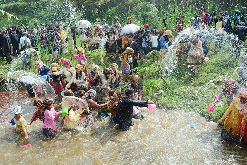 Masyarakat melakukan perang air di mata air Irung-irung pada pada Cihideung Festival 2015 di Desa Cihideung, Kecamatan Parongpong, Kabupaten Bandung Barat, Ahad (25/10).  (Republika/Edi Yusuf)