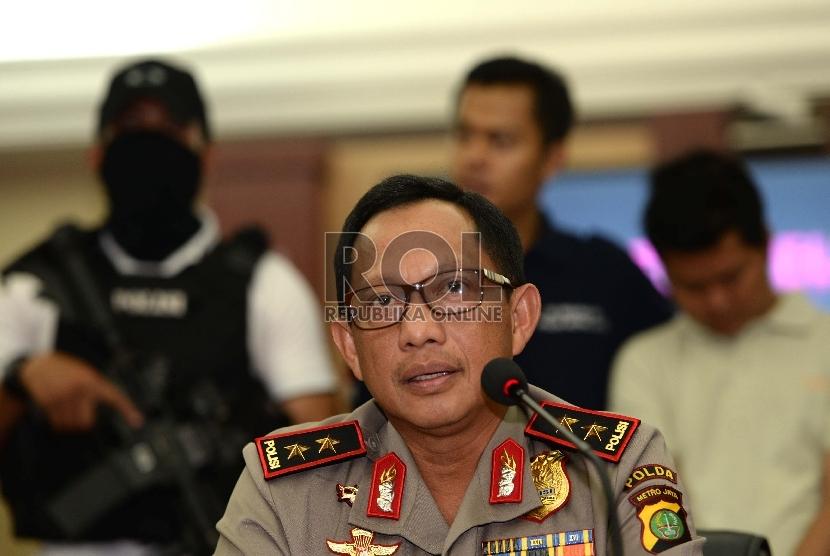 Kapolda Metro Jaya Tito Karnavian melakukan konferensi pers saat rilis pelaku pengeboman Mall Alam Sutera di Mapolda Metro Jaya, Jakarta, Kamis (29/10).  (Republika/Wihdan)