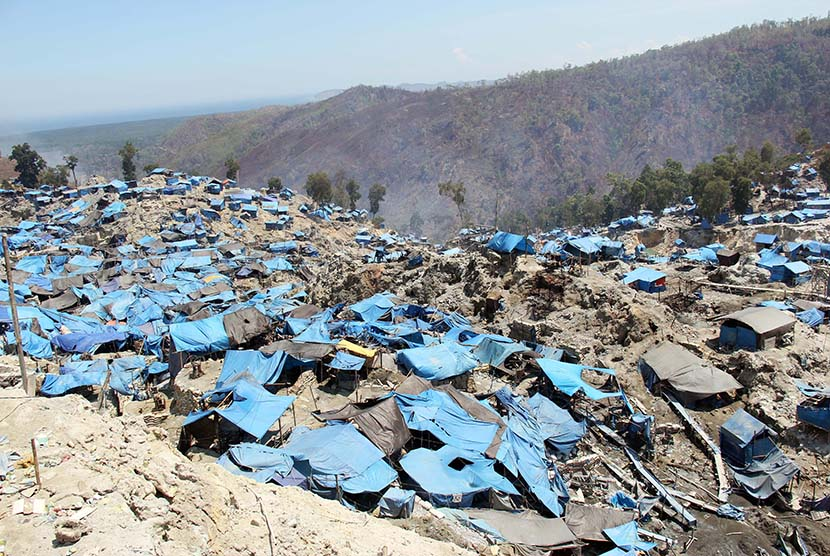 Situasi lokasi penambangan ilegal emas yang telah ditinggalkan para penambang di kawasan Gunung Botak, Kabupaten Pulau Buru, Maluku, Ahad (15/11).   (Antara/Jimmy Ayal)