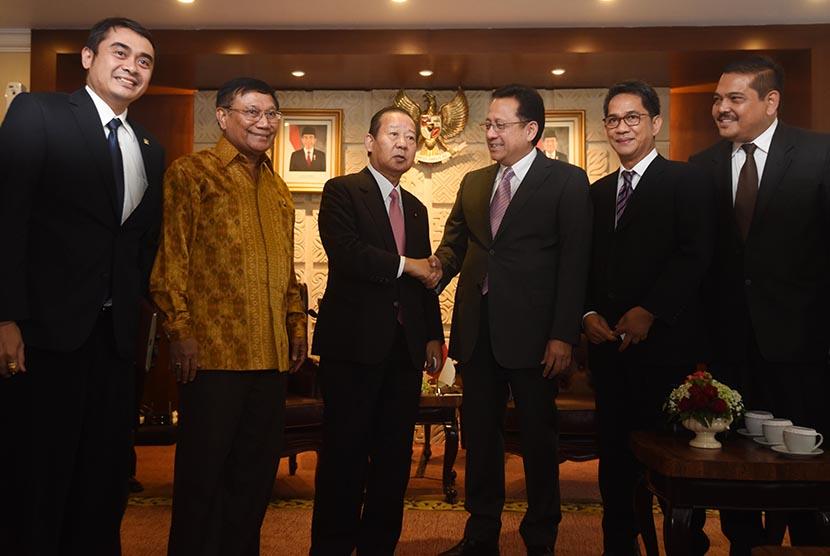 Ketua DPD Irman Gusman (ketiga kanan) berjabat tangan dengan Ketua Liga Parlemen Jepang-Indonesia Toshihory Nikai (ketiga kiri) saat pertemuan di Ruang Pimpinan DPD, Komplek Parlemen, Senayan, Jakarta, Selasa (24/11). (Antara/Akbar Nugroho Gumay)