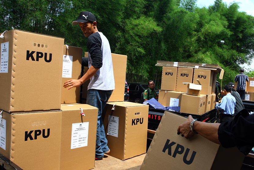 Petugas Panitia Pemungutan Suara (PPS) mendistribusikan logistik Pemilu Kepala Daerah Tangerang Selatan di Pondok Aren, Tangerang Selatan, Banten, Senin (7/12).(Antara/Muhammad Iqbal)
