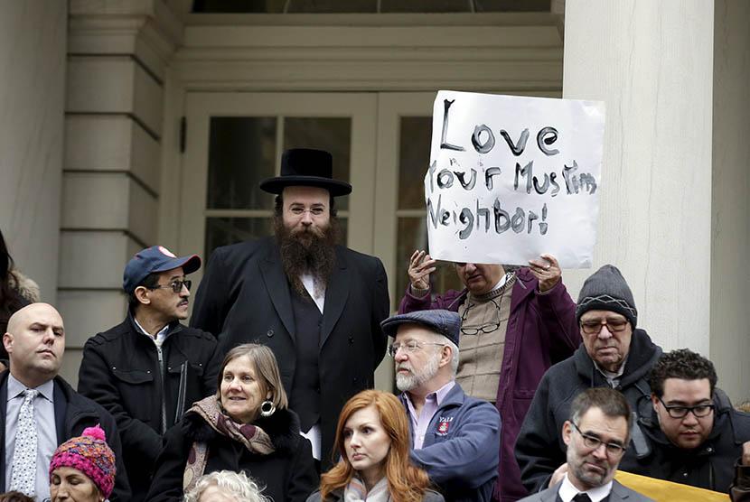 Aksi unjuk rasa yang menentang pernyataan kandidat calon presiden AS, Donald Trump, yang melarang muslim untuk masuk ke AS di New York, Rabu (9/12).  (REUTERS/Brendan McDermid)