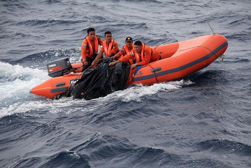 Tim SAR melakukan pencarian korban tenggelamnya KM Marina Baru 2B di Teluk Bone, Kolaka Utara, Sulawesi Tenggara, Ahad (20/12). (Antara/Jojon)