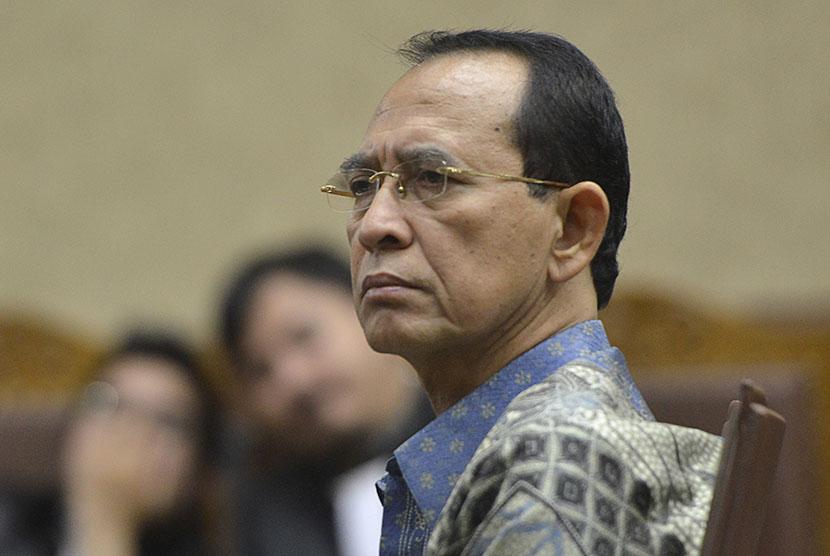 Mantan Menteri Agama Suryadharma Ali (SDA) menjalani sidang tuntutan di Pengadilan Tipikor, Jakarta, Rabu (23/12).  (Antara/Rosa Panggabean)