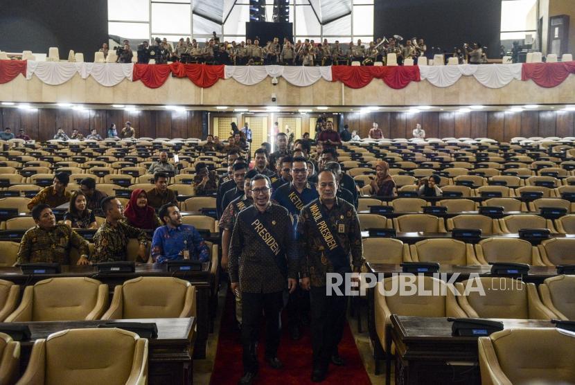 Petugas Setjen MPR melakukan simulasi acara saat gladi kotor jelang pelantikan presiden dan wakil presiden di Kompleks Parlemen, Senayan, Jakarta, Jumat (18/10).