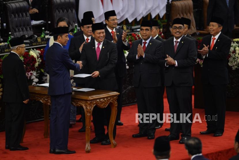 Ketua MPR RI Bambang Soesatyo berjabat tangan dengan Presiden Joko Widodo saat acara pelantikan Presiden dan Wakil Presiden periode 2019-2024 di Gedung Nusantara, kompleks Parlemen, Senayan, Jakarta, Ahad (20/10).