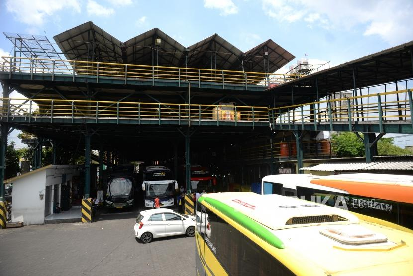 Kantong Parkir Malioboro. Bus pariwisata parkir di Kantong Parkir Abu Bakar Ali, Yogyakarta, Ahad (24/11).