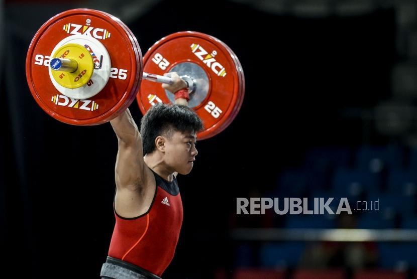 Lifter Putra Indonesia Rahmat Erwin Abdullah mengangkat barbel pada pertandingan cabang olahraga angkat besi kategori putra 73 kilogram di RSMC Ninoy Aquino Stadium, Manila, Filipina, Rabu (4/12).