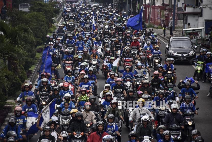 Ribuan bobotoh melakukan pawai di ruas Jalan Raya Cibereum, Kota Cimahi, beberapa waktu lalu.