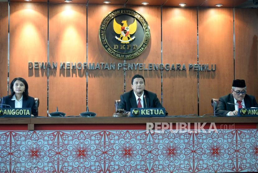 Plt Ketua Dewan Kehormatan Penyelenggara Pemilu (DKPP) sekaligus Ketua Majelis Sidang Muhammad (tengah) bersama anggota Ida Budhiati (kiri) dan Teguh Prasetyo memimpin sidang putusan pelanggaran etik Komisioner KPU Wahyu Setiawan di Kantor DKPP, Jakarta, Kamis (16/1).