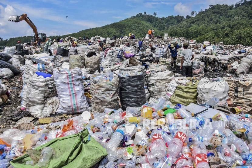 Dewan Perwakilan Rakyat Daerah (DPRD) Provinsi Jawa Barat (Jabar) menyatakan kondisi Tempat Pembuangan Akhir (TPA) Sarimukti di Cipatat, Kabupaten Bandung Barat, saat ini sudah kelebihan kapasitas. (Foto ilustrasi TPA Sarimukti)