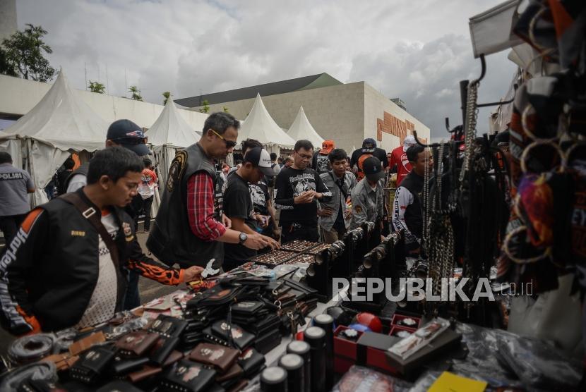 Wakil Presiden Republik Indonesia Maruf Amin (kedua kanan) bersama Ketua MPR RI Bambang Soesatyo (kedua kiri), Ketua DPR RI Puan Maharani (ketiga kiri), dan Wakil Presiden Republik Indonesia ke-6 Try Sutrisno (ketiga kanan)saat membuka acara Cerdas Cermat Riding Kebangsaan 4 Pilar MPR RI di Gedung Parlemen Senayan, Jakarta, Ahad (23/2).