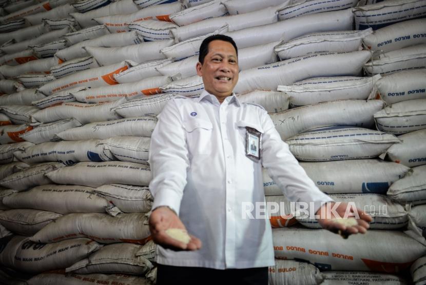 Direktur Utama Bulog Budi Waseso memperlihatkan contoh kualitas beras .