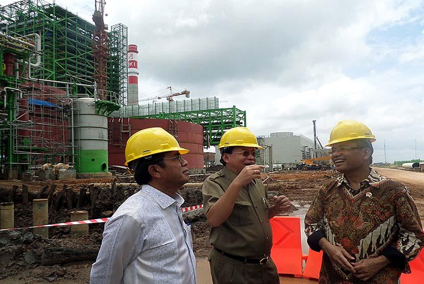Menteri Perindustrian Saleh Husin (kanan) meninjau proyek pembangunan pabrik OKI Pulp & Paper Mills di Sungai Baung Kabupaten Ogan Komering Ilir (OKI), Sumatra Selatan, Selasa (1/3). (Republika/Maspril Aries)
