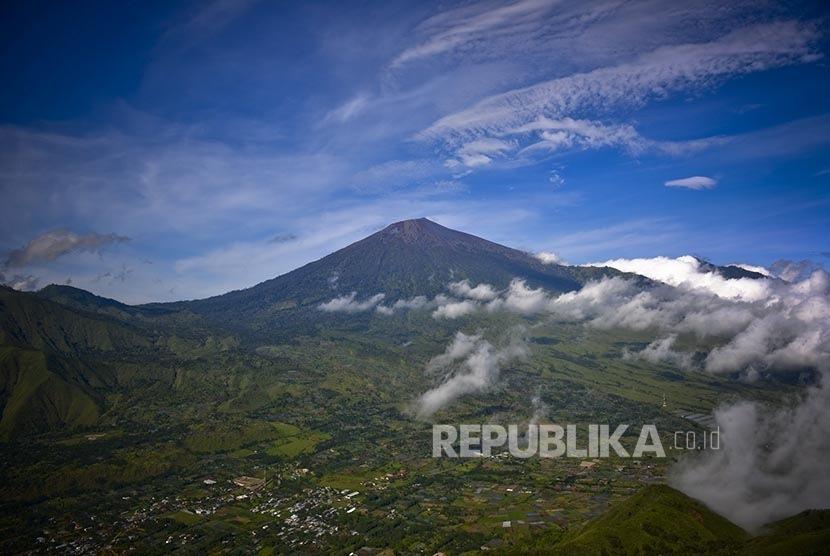Pemandangan Gunung Rinjani dari Bukit Pergasingan, Sembalun, Lombok.