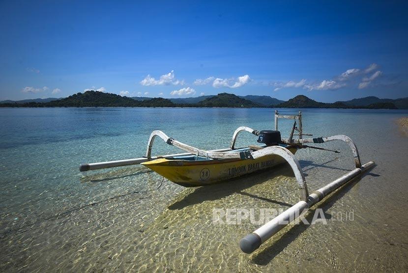 Perahu sandar di tepi Pantai Tanjung Aan, kawasan Kuata Mandalika, Lombok.  (Republika/Wihdan Hidayat)