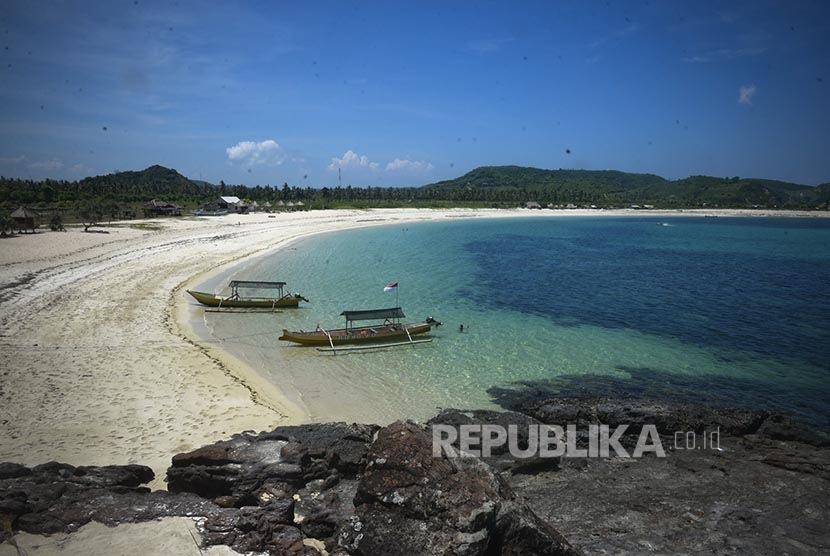 Perahu nelayan sandar di dermaga wisata Pantai Sekotong, Lombok.  (Republika/WIhdan Hidayat)