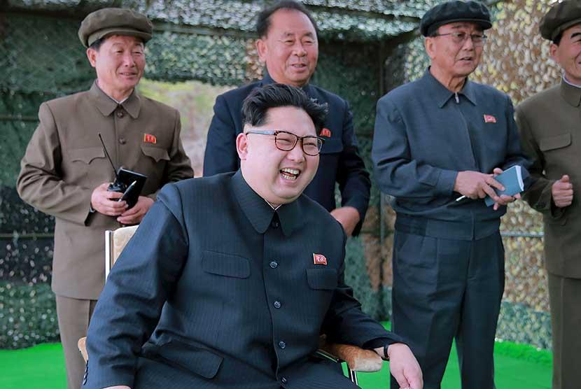 Pemimpin Korut, Kim Jong-un saat menyaksikan uji coba peluncuran peluru kendali dari kapal selam.  (Reuters/KCNA)