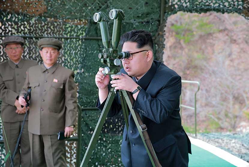 Pemimpin Korut, Kim Jong-un mengamati uji coba peluncuran peluru kendali dari kapal selam.  (Reuters/KCNA)