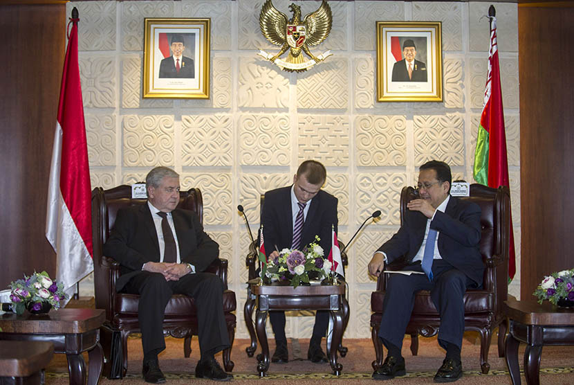 Ketua DPD Irman Gusman (kanan) menerima kunjungan Deputi Perdana Menteri Belarusia Vladimir Semashko (kiri) di Kompleks Parlemen, Senayan, Jakarta, Senin (30/5). (Antara/Sigid Kurniawan)