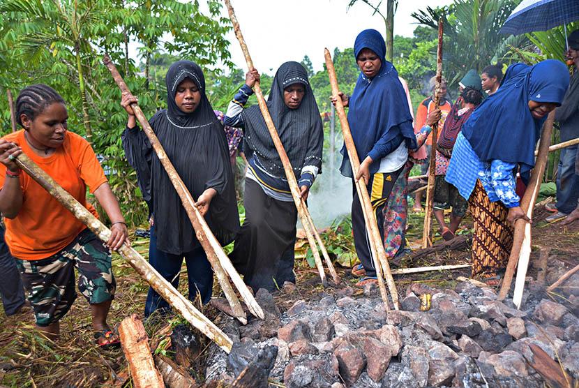 Sejumlah mama muslim Wamena memilih batu panas (Ilustrasi)