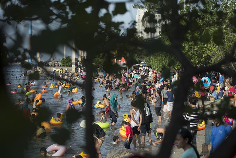 ilustrasi. Suasana Pantai Festival Ancol, Jakarta, pada hari kedua Lebaran, Kamis (7/7).    (Antara/Rosa Panggabean)