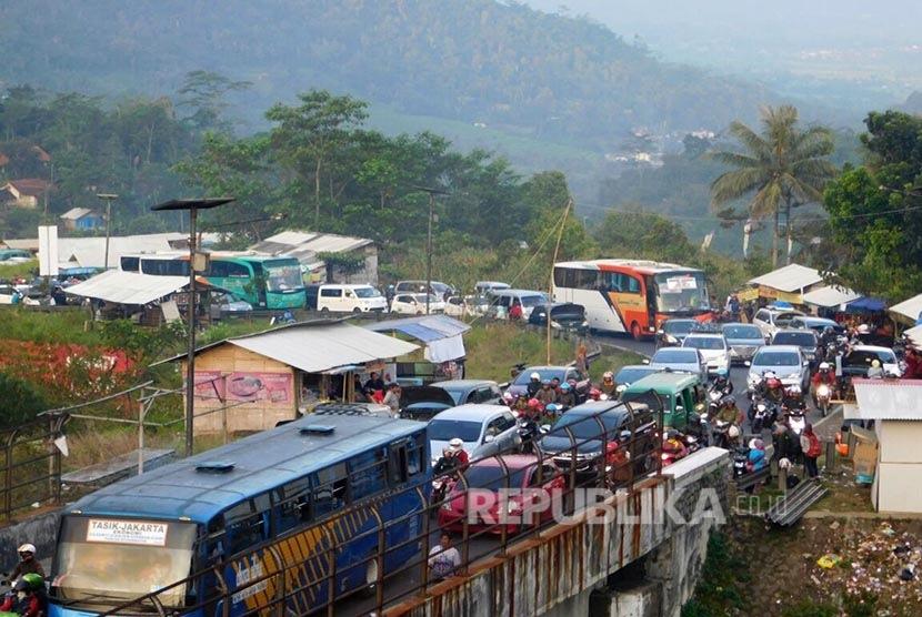 Kemacetan arus lalulintas di jalur selatan Jawa Barat (Jabar) saat melintasi tanjakan Gentong, Kecamatan Kadipaten, Kabupaten Tasikmalaya, Sabtu (9/7) sore. (Republika/Fuji E Permana)