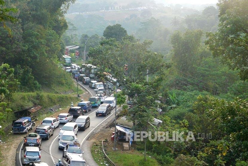 Kemacetan arus lalu lintas di jalur selatan Jawa Barat (Jabar) saat melintasi tanjakan Gentong, Kecamatan Kadipaten, Kabupaten Tasikmalaya. (Republika/Fuji E Permana)
